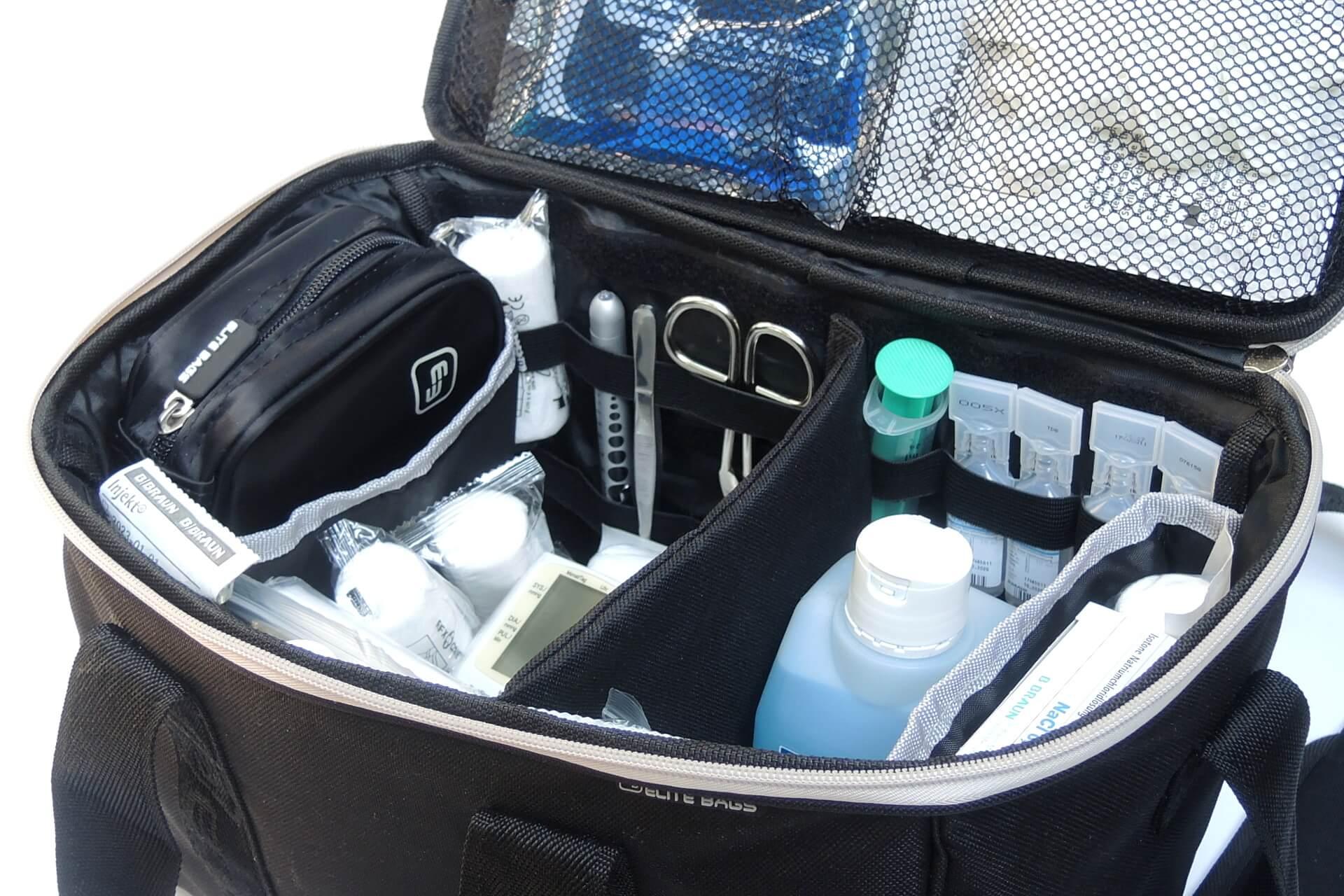 schwarze Pflegetasche mit Hauptfach gefüllt