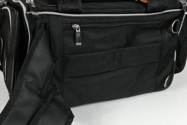 Rucksack kann auf Rückseite verstaut werden